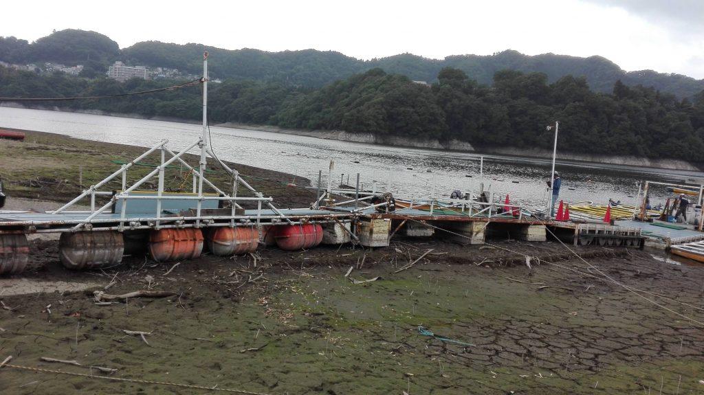 減水の津久井湖桟橋の様子