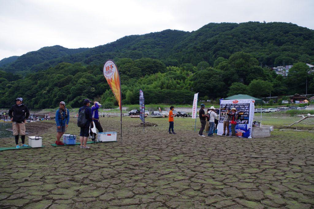 ひび割れた津久井湖